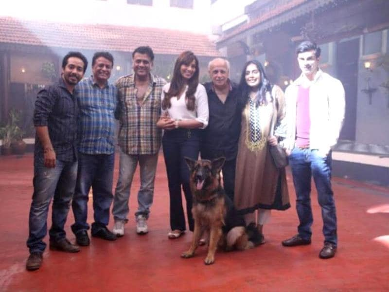 Mahesh Bhatt visits the sets of Alone. Actors Bipasha Basu and Karan Singh Grover, producer Abhishek Pathak and Kumar Mangot and director Bhushan Patel strike a pose.