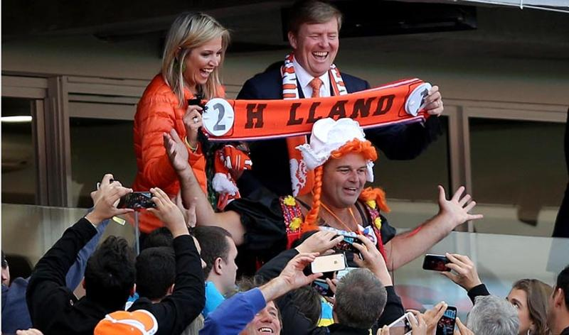 Australia vs Netherlands - June 18, 2014  Queen Maxima and King Willem-Alexander of the Netherlands celebrate their team's victory with fans after the match between Australia and Netherlands in Porto Alegre. (Getty Images/Dean Mouhtaropoulos)