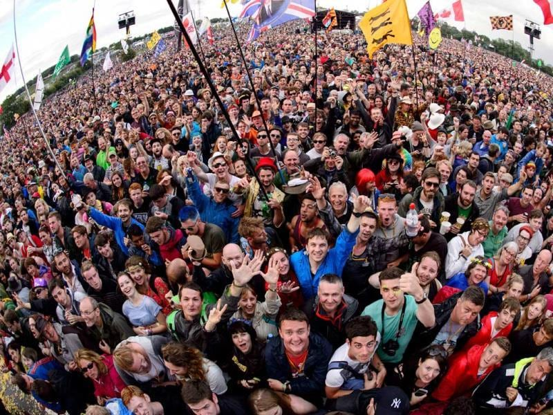 Fans wait for British band, Elbow to perform on the Pyramid Stage at the Glastonbury Festival. (AFP photo)