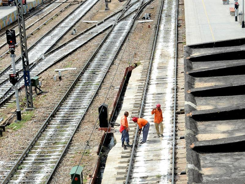 Indian railway workers check the railway tracks prior to the trial run of a high-speed train between New Delhi and Agra is flagged off at New Delhi railway station. (AFP Photo)