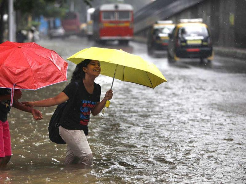 Waterlogged streets after heavy rain at Parel in Mumbai. (Kalpak Pathak/HT Photo)