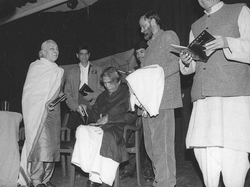 Zohra Sehgal shares the stage with legendary poet and Hindi film lyricist Kaifi Azmi. A file photo from December 1998. (HT Photo/Girish Srivastava)