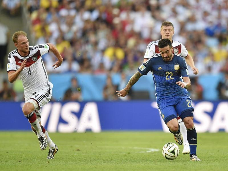 Argentina's Ezequiel Lavezzi, center, moves the ball ahead of German defensive players, including Benedikt Hoewedes (4) and Bastian Schweinsteiger (7), during the Fifa World Cup match final between Germany and Argentina at the Maracana Stadium in Rio de Janeiro, Brazil. (AP Photo)