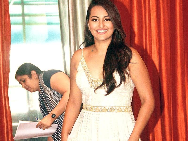 Sonakshi Sinha happily posed for our photographer before entering a Juhu venue. (Photo: Prodip Guha)