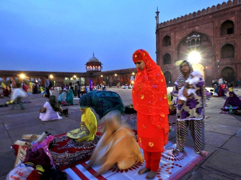 Muslim women are seen in Jama Masjid between Iftar and Sehri at old Delhi. (HT Photo/Ajay Aggrwal)