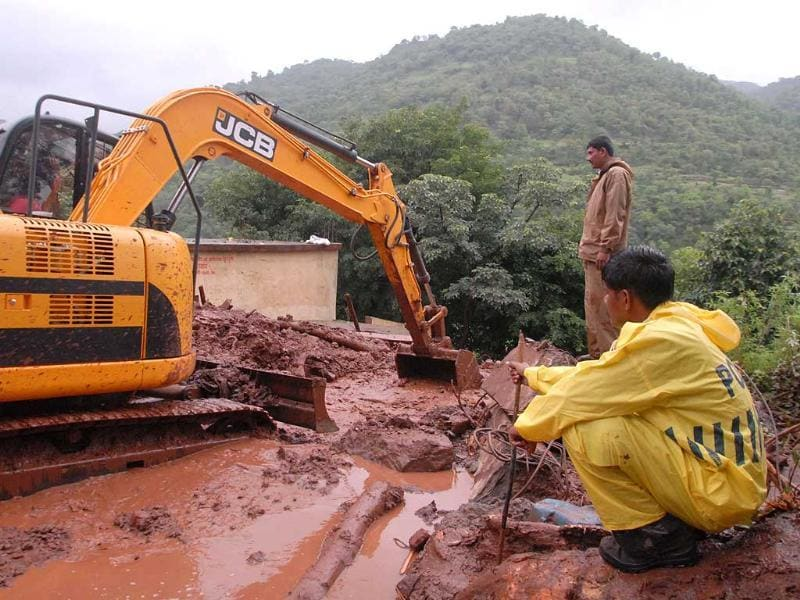 Heavy machinery has been mobilised to try to rescue those feared trapped at Malin village in Pune district, Maharashtra. (HT Photo)