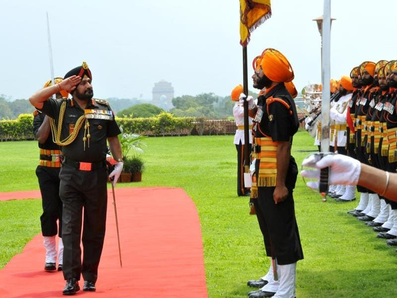 Outgoing Chief of Army staff General Bikram Singh inspects a ceremonial guard of honor on his last day in office at South Block T in New Delhi. (Vipin Kumar/HT Photo)