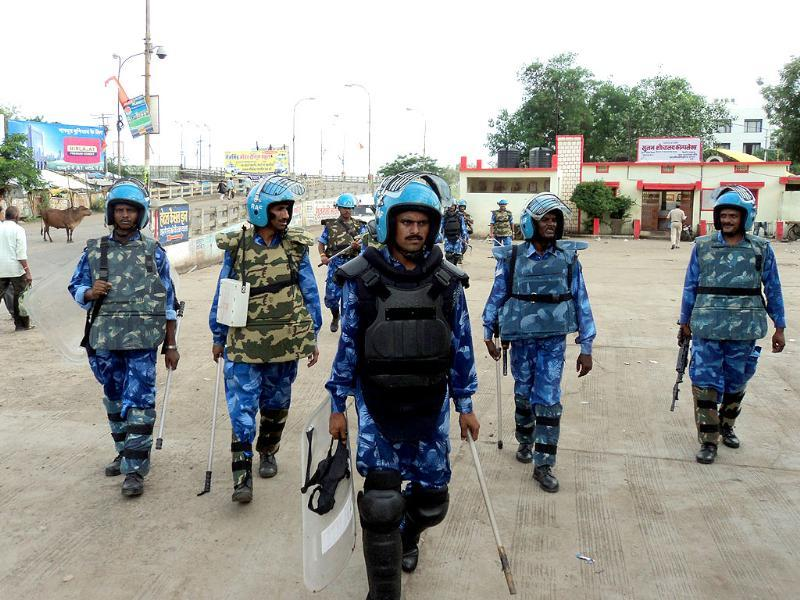 Rapid Action Force deployed in Chippa Colony in Khandwa on Thursday. (Sunil Kerhalkar/HT photo)