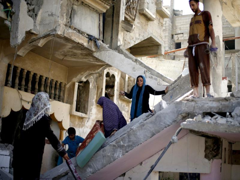 A Palestinian woman reacts upon seeing the wreckage of her house in Beit Hanoun town, which witnesses said was heavily hit by Israeli shelling and air strikes during Israeli offensive, in the northern Gaza Strip. (Reuters photo)