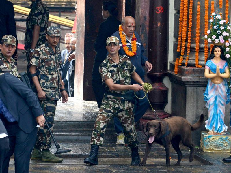 A Nepalese army officer with a sniffer dog checks the area prior to the visit by Prime Minister Narendra Modi at the Pashupatinath Temple in Kathmandu. (AFP photo)