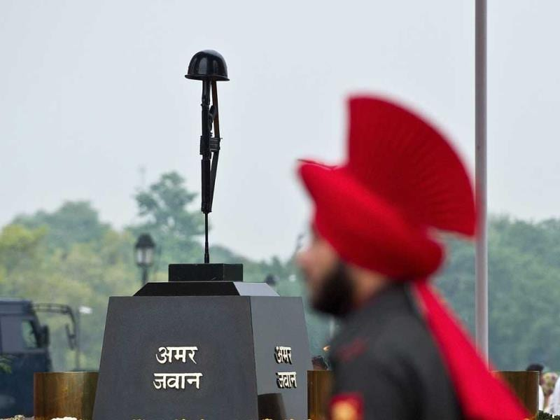An Indian soldier stands guard near the Tomb of the Unknown Soldier at the India Gate monument in New Delhi. (AFP Photo)