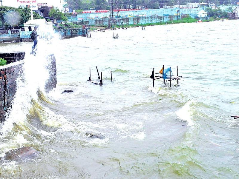A high wave in Bhopal's Upper Lake on Wednesday. (Praveen Bajpai/HT photo)