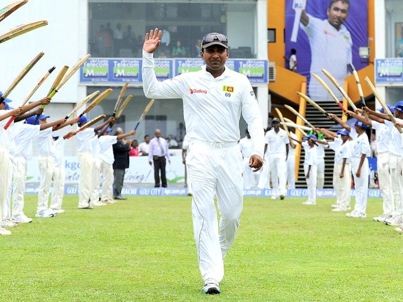 Sri Lanka's Mahela Jayawardene (C) waves as he arrives during the first day of the opening Test against Pakistan at the Galle International Cricket Stadium. (AFP Photo)