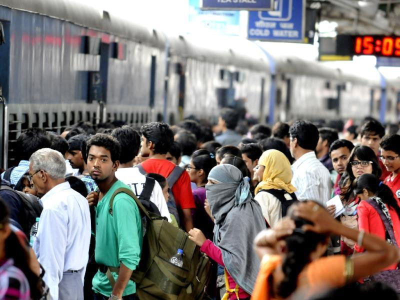With Rakshabandan falling on Sunday, trains are running choc-a-bloc. Passengers try to board Kota-bound train at Indore railway station. (Amit K Jaiswal/HT photo)