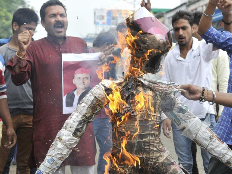 Sanskriti Bachao Manch workers burn an effigy of Uttar Pradesh CM Akhilesh Yadav to protest the gang rape in Meerut. (Gagan Nayar/HT photo)