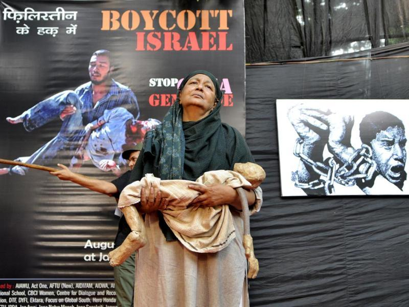 A woman performs in a play during a protest against Israel's war of invasion, and its continuing bombardment and brutal siege of Gaza at Jantar Mantar, in New Delhi. (HT Photo/Subrata Biswas)