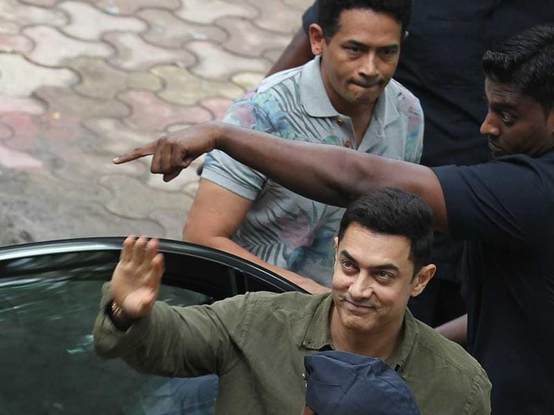 Aamir Khan and Atul Kulkarni elated to see their fans as arrive at the launch of the book Communicative Marathi. (Photo: Vijayanand Gupta/HT)