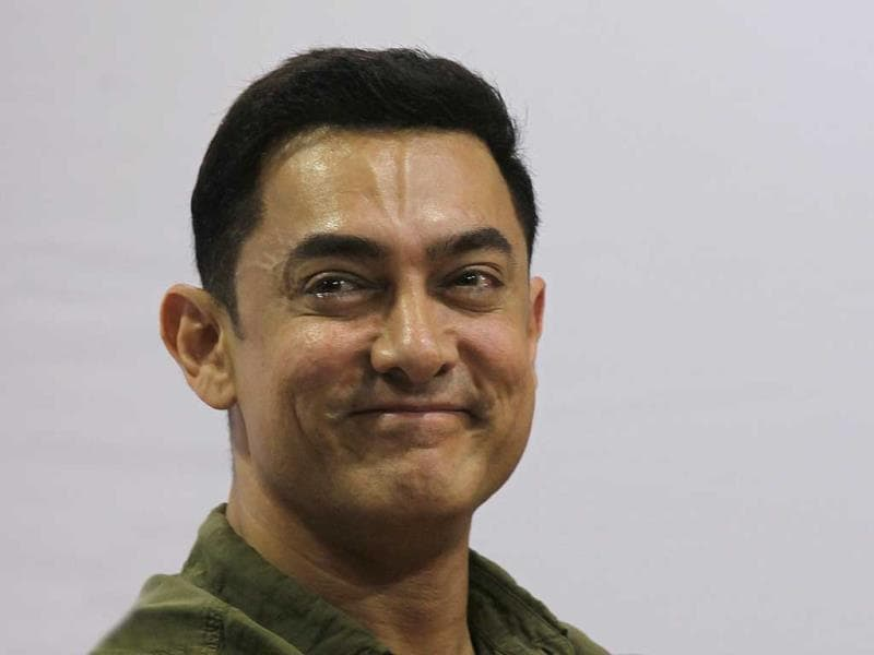 Aamir Khan seems to be just too happy to be at the launch of My Marathi book. (Photo: Vijayanand Gupta/HT)