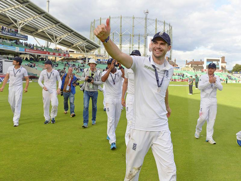 England's James Anderson gives a thumbs-up during a lap of honour after winning the series 3-1 against India in their fifth Test match at The Oval in London. (Reuters Photo)