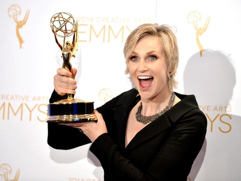 Jane Lynch poses in the press room with the award for outstanding structured reality program for her work on Hollywood Game Night at the 2014 Creative Arts Emmys. (AP photo)