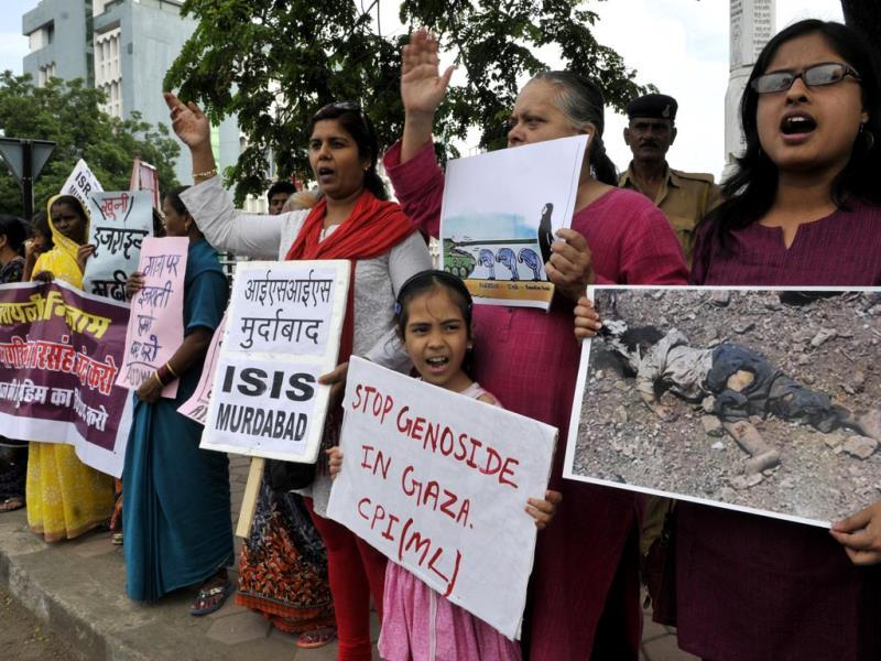 Various social and political organisation members formed a human chain in Bhopal on Sunday to protest against Israel's attacks on Gaza. (Gagan Nayar/HT photo)
