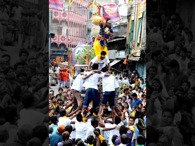 Devotees of lord Krishna break a 'matki' during a Janmashtami procession taken out from Shree Jee temple in Bhopal on Sunday. (HT photo)