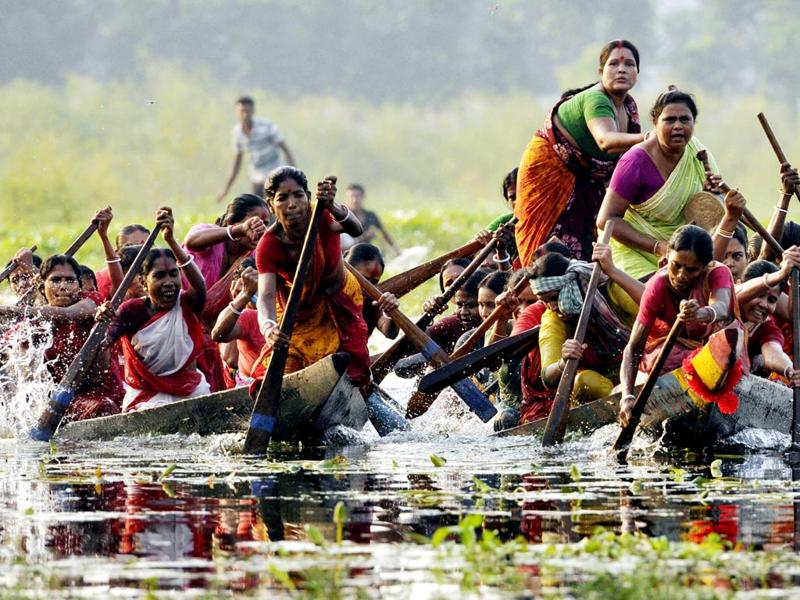 Women participate in a traditional country boat (baicha) race on the occasion of Diwali in Habra's Kumra Kashi village in North 24 Parganas district, West Bengal.(Subhankar Chakraborty/HT Photo)