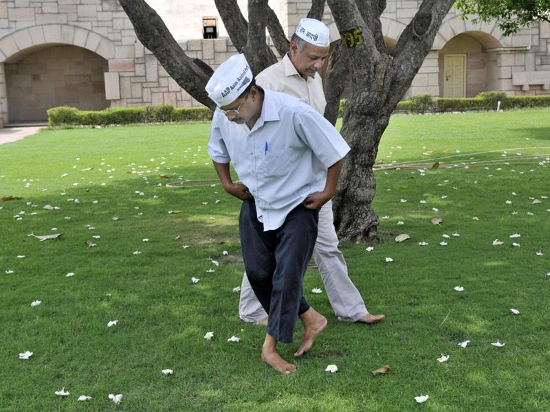 Aam Aadmi Party chief Arvind Kejriwal and Manish Sisodia during a dharna at Rajghat in New Delhi. (Mohd Zakir/HT Photo)