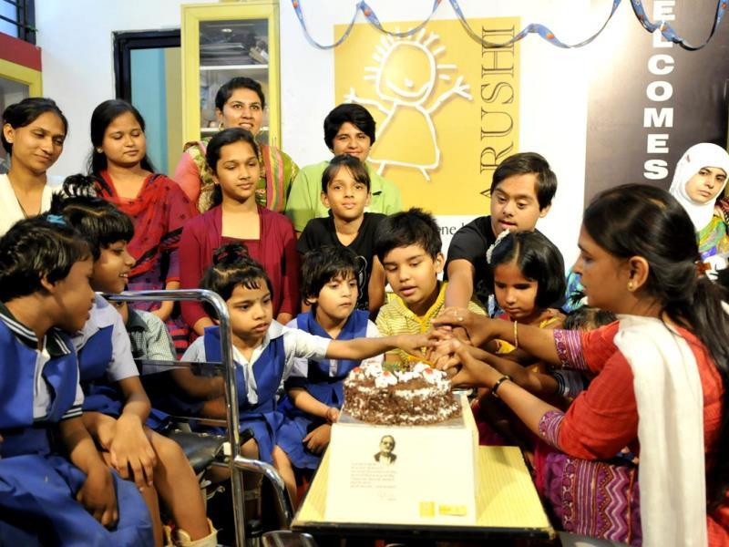 Specially-abled children celebrate Gulzar's birthday at an NGO, in Bhopal on Monday. (Mujeeb Faruqui/HT photo)