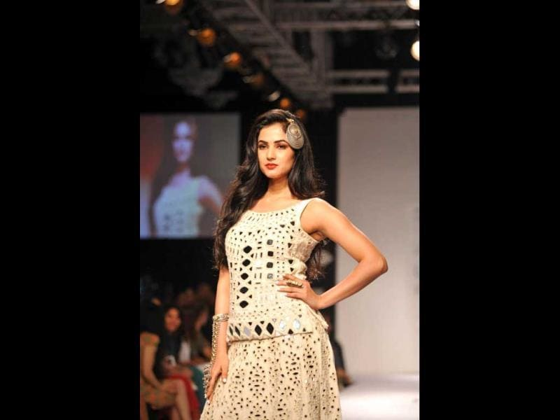 Jannat star Sonal Chauhan looks stunning as she displays the creation of fashion designer Purvi Doshi. (Photo: IANS)