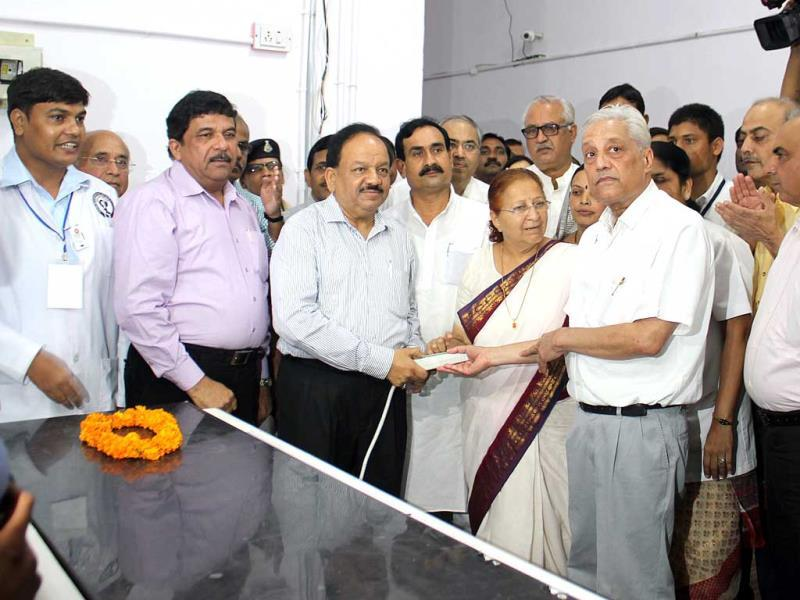 LS speaker Sumitra Mahajan and Union health minister Harsh Vardhan at the inauguration of an indigenously developed linear accelerator at Indore Cancer Foundation. (Shankar Mourya/HT photo)