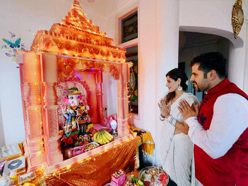 Actor couple Tanaaz and Bakhtiyaar Irani offering pooja to a Ganesh idol at their home on the occasion of Ganesh Chaturthi in Mumbai on August 29, 2014. (PTI)