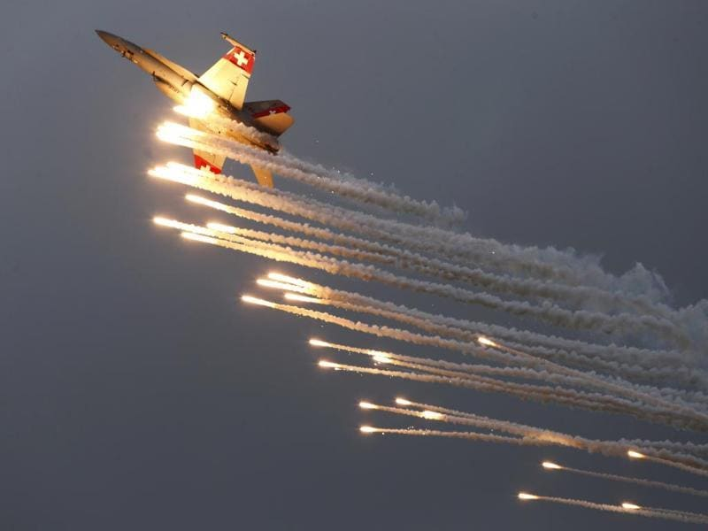 A Swiss Air Force F/A 18 Hornet aircraft releases flare during the Air14 airshow at the airport in Payerne. (Reuters Photo)