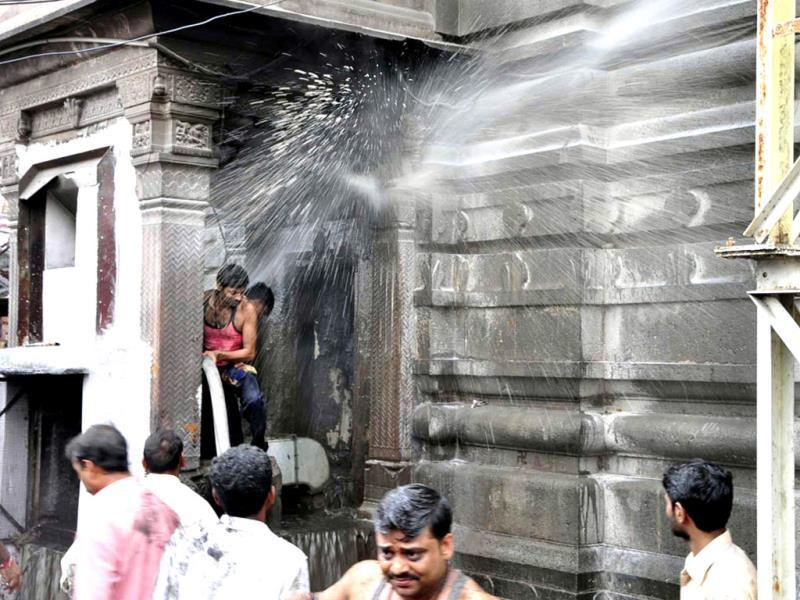 Firemen try to douse the fire at Mahakal temple in Ujjain. The fire created panic amoing devotees. (Sunil Magariya/HT photo)