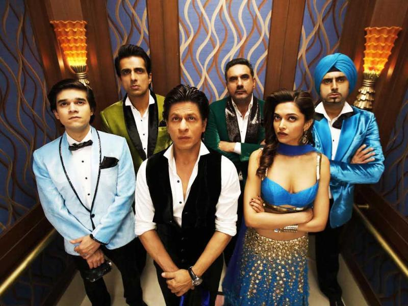 SRK, Deepika, Sonu Sood, Abhishek Bachchan, Boman Irani and Vivaan Shah in a still from Happy New Year.