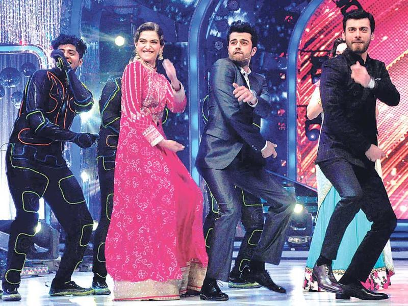 Sonam Kapoor, Manish Paul and Fawad Khan danced on the sets of a TV show (Photos: Yogen Shah)