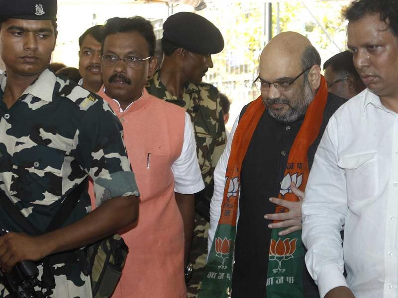 BJP chief Amit Shah was given a tumultuous welcome by thousands of party activists and top leaders at the Mumbai airport. (Satish Bate/HT photo)