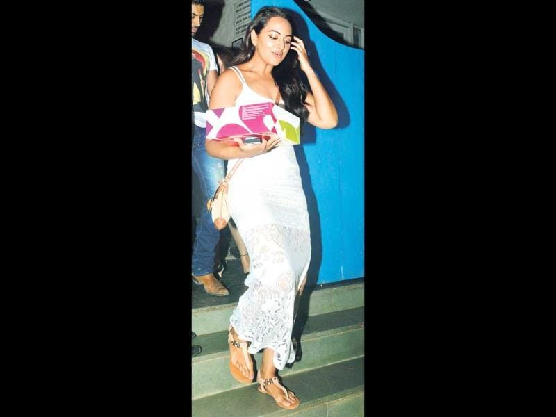 Sonakshi Sinha was seen outsidea suburban eatery holding a cake. Later, Sonakshi also made an appearance at the screening of director Homi Adajania's film (Photos: Yogen Shah)