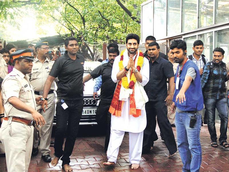 Abhishek Bachchan –– looking like a politician, complete with a white kurta, garland, security and folded hands –– went to offer prayers at the Siddhivinayak Temple. (Photo: Prodip Guha)