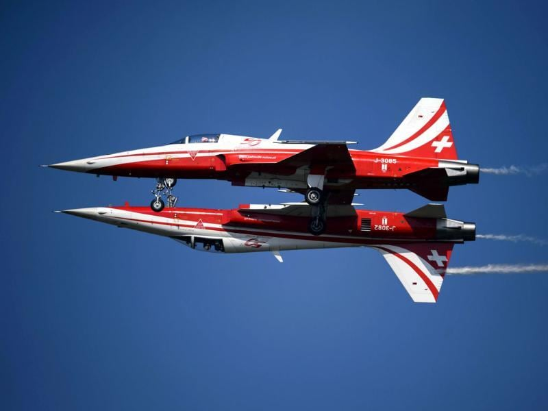 Two fighter jets of the 'Patrouille Suisse' (Swiss patrol) perform the 'mirror' formation during the second week-end of the AIR14 air show . (AFP photo)