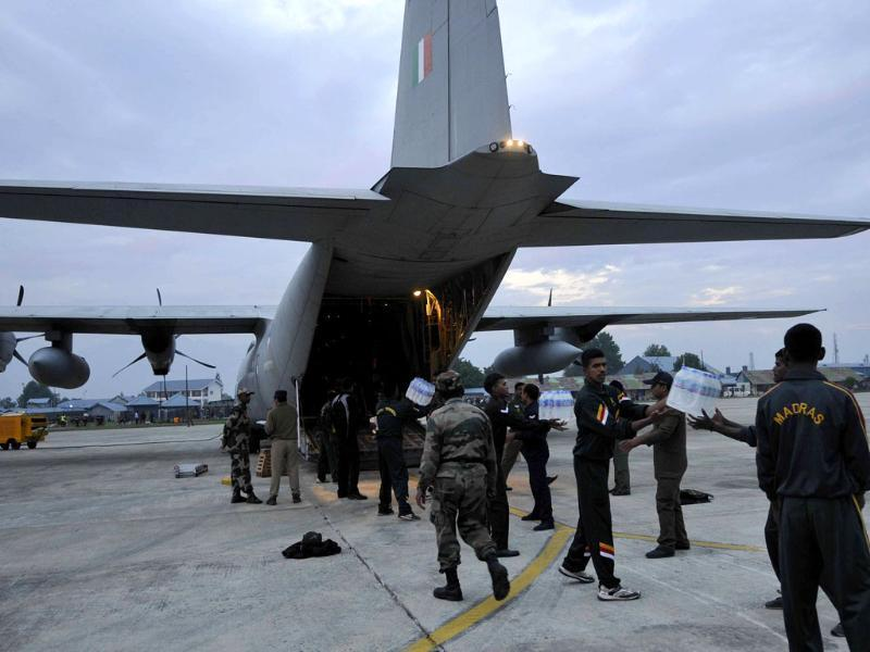 Indian Army loading supplies in a plane to be dropped off in flooded areas.(Nitin Kanotra/HT Photo)