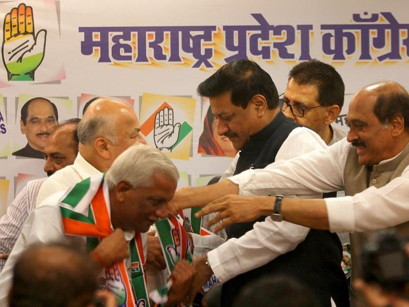 Ahead of state polls, independent MLAs join Congress in the presence of Maharashtra CM Prithviraj Chavan, Manikrao Thakre and Sushilkumar Shinde at Gandhi Bhavan in Mumbai. (Kunal Patil/HT photo)
