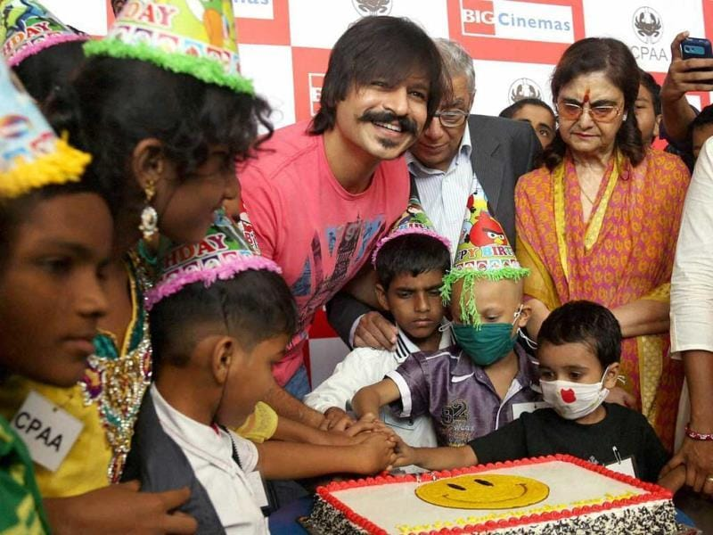 Bollywood actor and brand ambassador of Cancer Patients Aid Association [CPAA] Vivek Oberoi celebrates his birthday along with the cancer patients in Mumbai. (PTI photo)