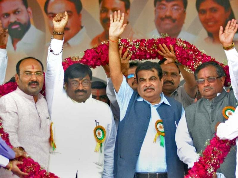 BJP worker felicitate Union minister Nitin Gadkari, MP Sanjay Kaka Patil and the vice president of BJP in Maharashtra Sudheer Mungantiwar at a rally in Kavthe-Mahankal, Sangli. (Uday Deolekar/HT photo)