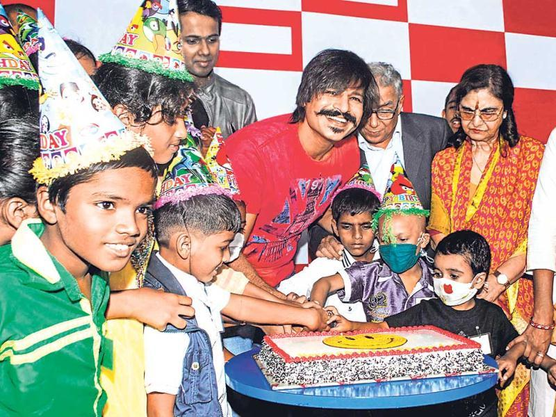 Vivek Oberoi celebrated his birthday with cancer patients at a Mumbai theatre.(Photos: Prodip Guha)