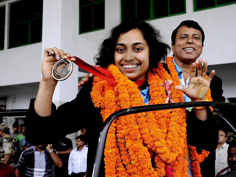 Gymnast Dipa Karmakar displays her bronze medal from the 2014 Commonwealth Games upon arrival at the airport in Agartala, the capital of Tripura on August 4, 2014. (AFP Photo)