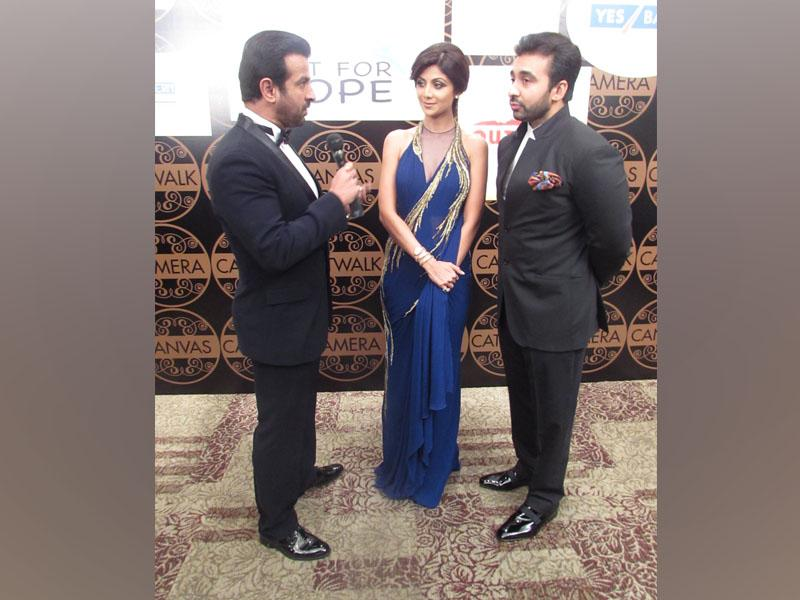 Ronit Roy with Shilpa Shetty and Raj Kundra at the red carpet of 'Singapore Indian Icon of the Year'.