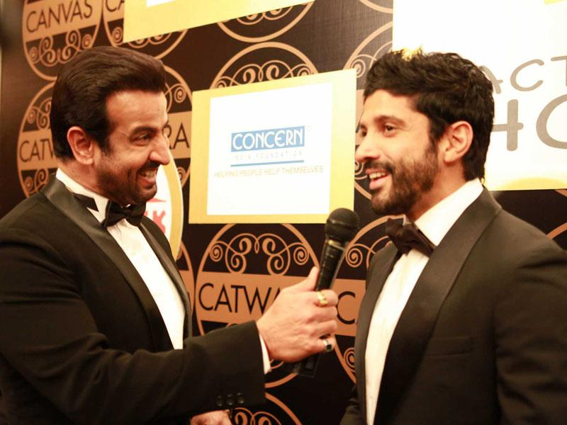 Farhan Aktar with Ronit Roy at the red carpet of Singapore Youth Icon of the year.