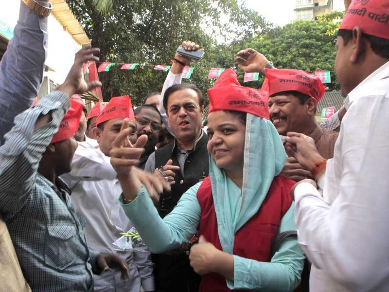 Samajwadi Party leader Abu Azmi celebrates with his party members after the UP bypolls results in Mumbai.(Anshuman Poyrekar/HT photo)