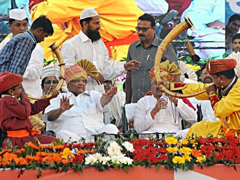 Artists play traditional music as NCP chief Sharad Pawar looks on at an election rally in Kolhapur. (Uday Deolekar/HT photo)
